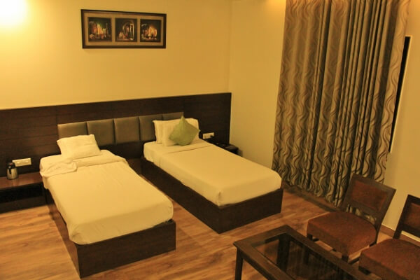 Hotel Dazzle Twin Bed Room