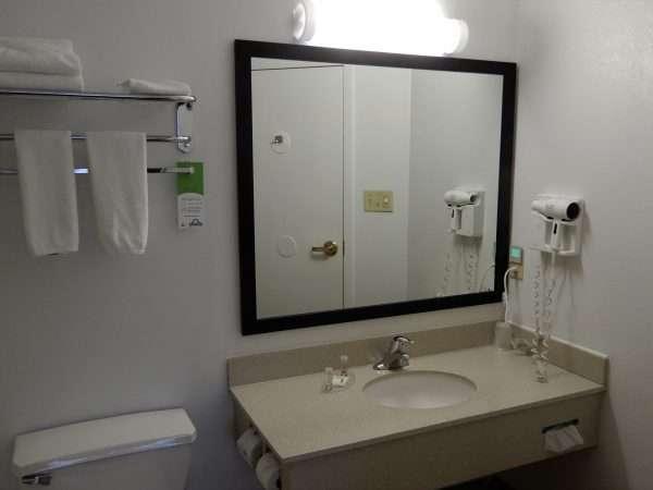 Days Inn & Suites Moncton Guest Bath